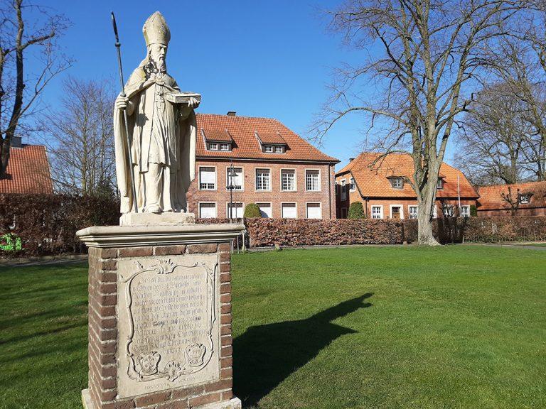 Figur auf dem Kirchplatz vom Heiligen Bonifatius, der Pfarrpatron