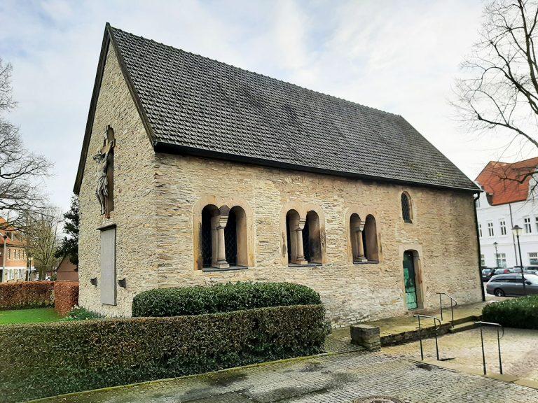 Die Petrikapelle steht im Ortskern, nahe der Stiftskirche und dem Stiftsmarkt und wurde um 1000 nach Chr. erbaut. Hier ist heute das Museum Stiftskammer untergebracht