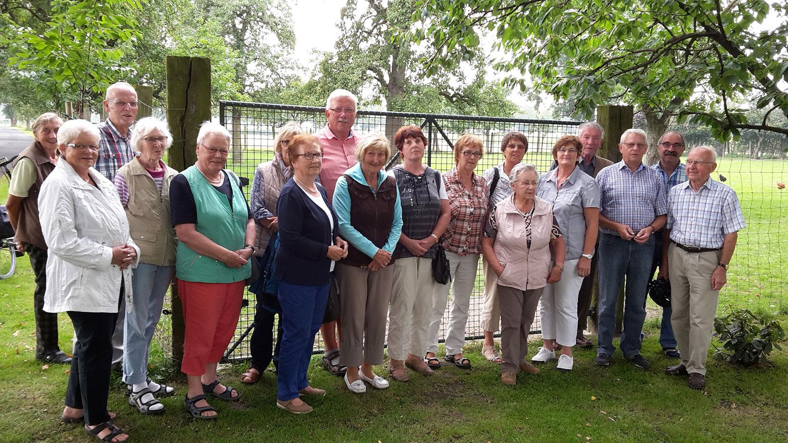 Das Foto zeigt die Teilnehme:innen beim Besuch des Bauernhofcafés Eichenhof in Everswinkel am 26. 08. 2017.