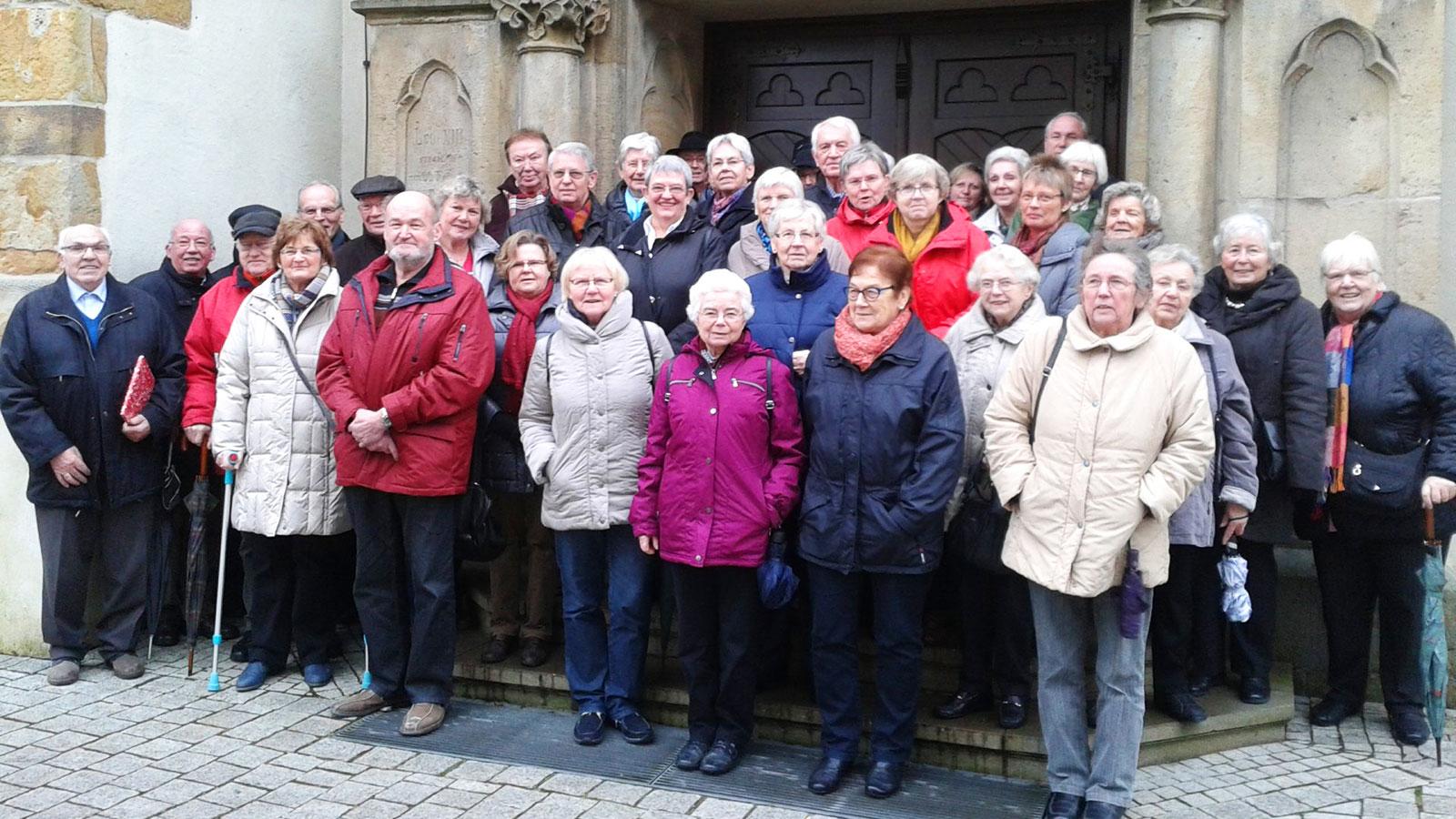 Das Foto zeigt die Gruppe vor der Kirche in Lette (Kreis Coesfeld) am 3. Januar 2015.
